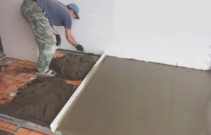Бетонная стяжка - Укладка бетонного раствора по направляющим